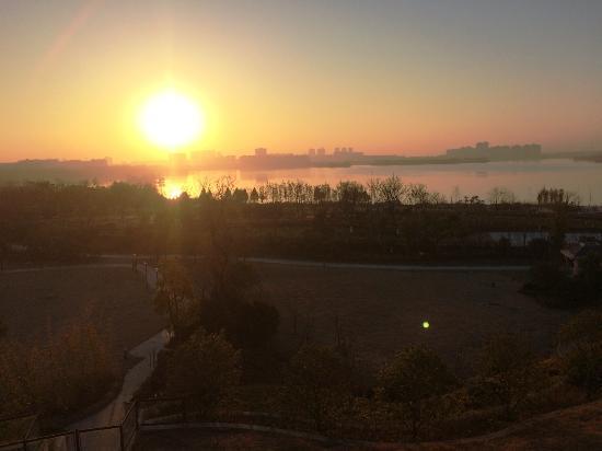 部屋から見た朝日
