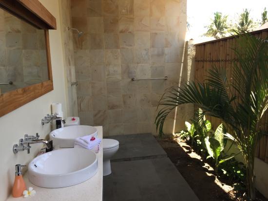 Kelapa Luxury Villas: Outdoor bathroom