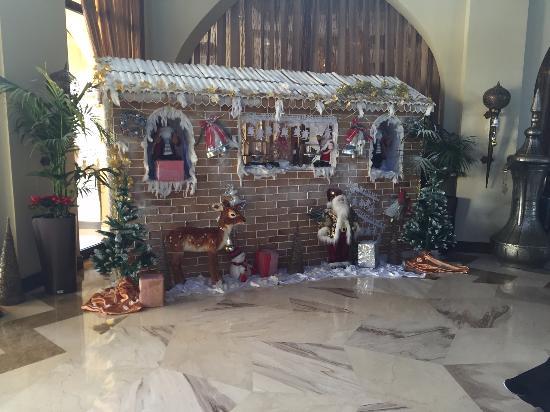Madinat Zayed, Emiratos Árabes Unidos: Hotel Lobby during Christmas