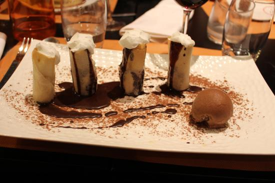 Charlieu, Francia: Croustillants de banane, sauce chocolat et chantilly