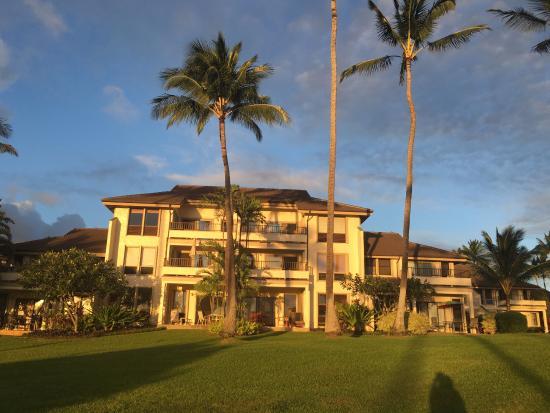Poipu Kai Resort: Bangunan di mana unit yang kami sewa berada