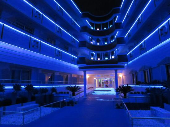 Catamaran Resort Hotel: Front of hotel