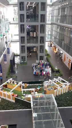 e.City Hotel @ One City: Mall di sebelah hotel