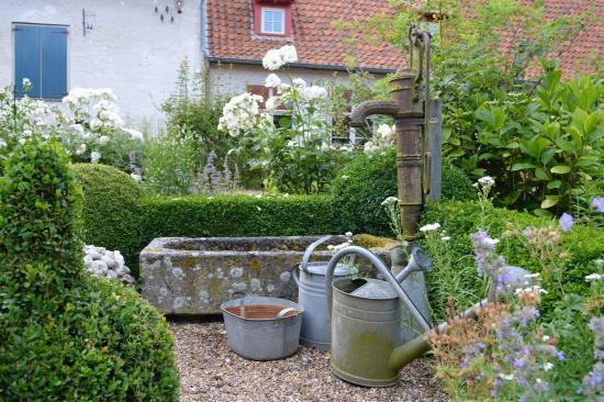 Alveringem, Bélgica: Ornamenten maken de binnentuin compleet en gezellig.