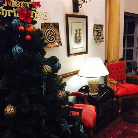 Faircity Quatermain Hotel: Reception area ready for Christmas
