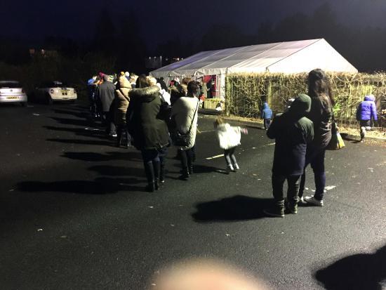 Loch Lomond Shores: 2nd Queue in the Rain to get into Santas tent