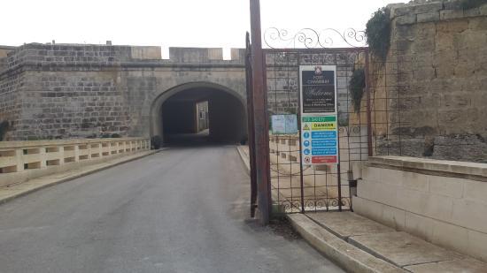 Ghajnsielem, Malta: Entrance to Fort Chambray