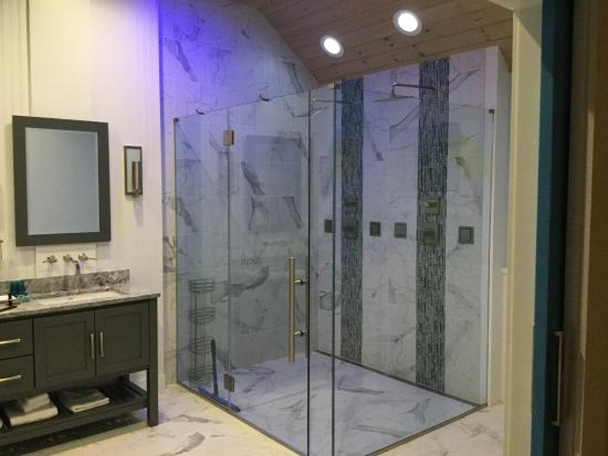 The 1661 Inn : Glass enclosed triple headed showers