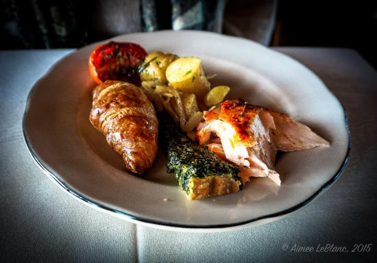 Kennebunks, Μέιν: Croissant, Roasted Tomato, Fingerling Potatoes, Baked Salmon, and Spinach Quiche