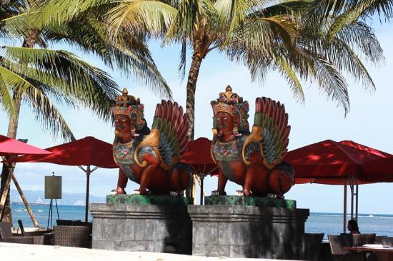 Puri Santrian Beach Club Bar & Restaurant : ресторан у пляжа