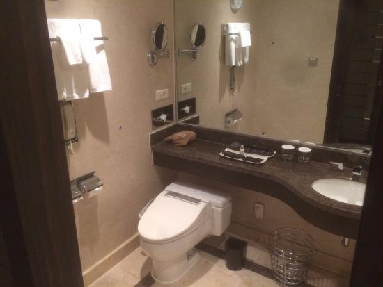 Lotte Hotel Busan: Bathroom