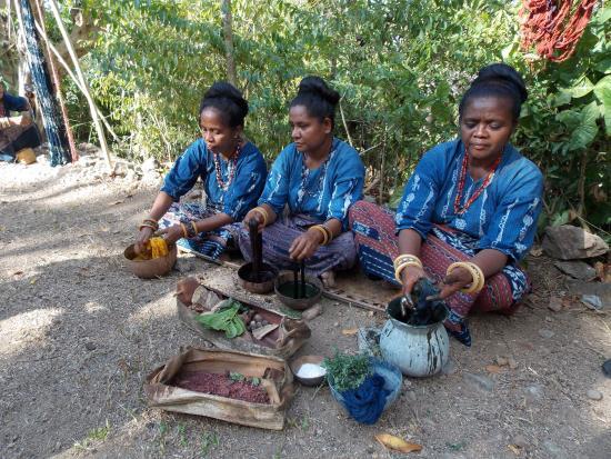 Watublapi, Indonesien: De draden voor het weven worden hier gekleurd in natuurlijke kleurstoffen zoals oa. indigo