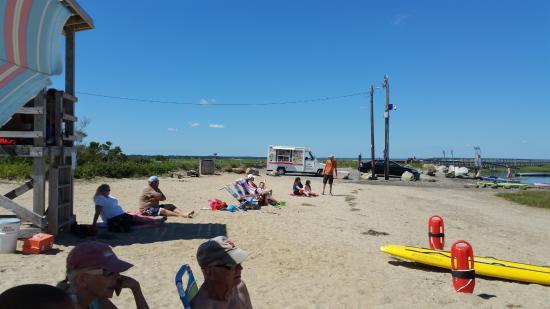 Γιάρμουθ Πορτ, Μασαχουσέτη: View of small beach with Lifeguard stand and ice cream truck