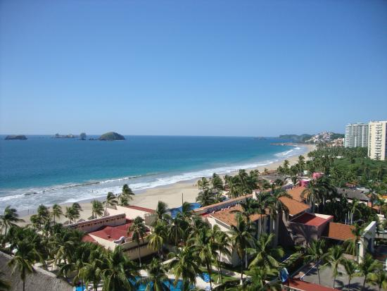 Park Royal Ixtapa: Looking north up the beach.