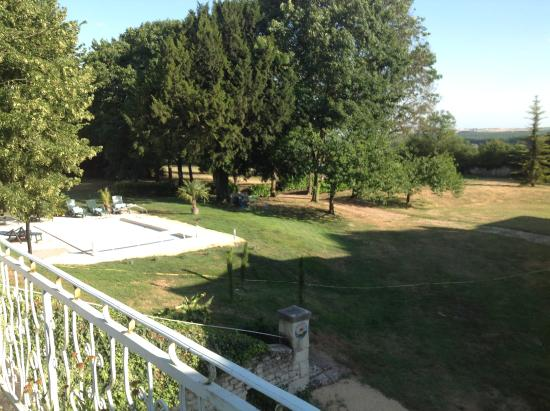 Monts-sur-Guesnes, Fransa: Zicht op het zwembad van op het terras