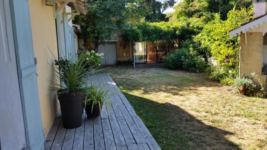 Gauriac, Francia: Houten terras voor de kamers en zicht op ontbijtruimte