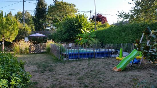 Gauriac, فرنسا: Zicht op zwembad en schommel/glijbaan