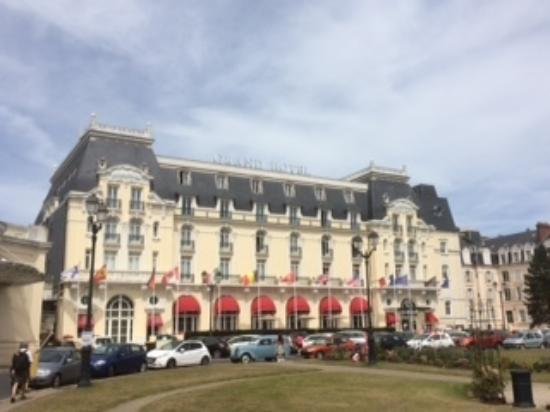 vue des jardins du casino picture of le grand hotel cabourg mgallery collection cabourg. Black Bedroom Furniture Sets. Home Design Ideas