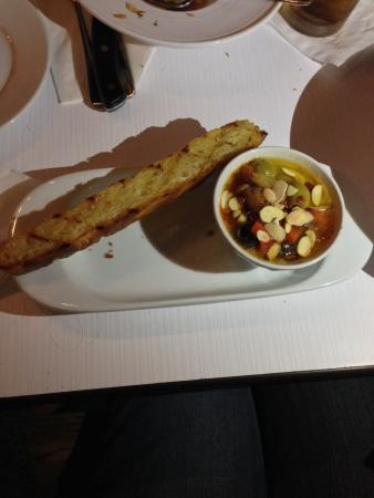 Parrilleria Vacas Gauchas: Olives salad with homemade bread