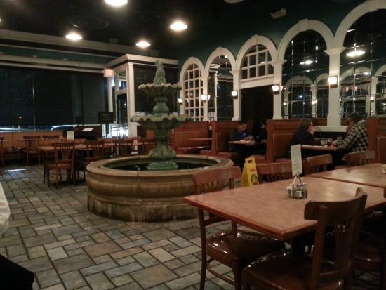 Dumfries, Βιρτζίνια: Fountain in center of restaurant