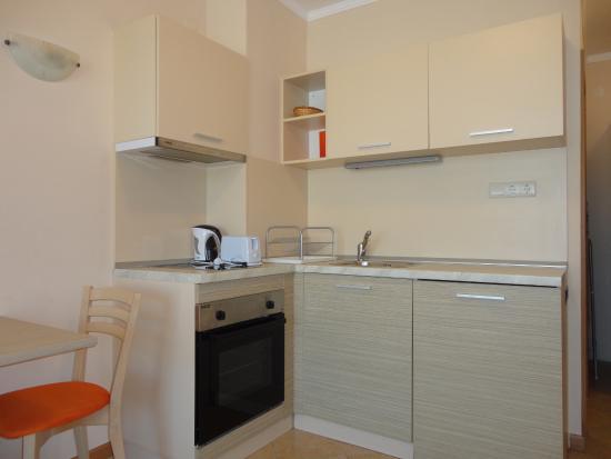 Royal Sun Apartments: Кухня