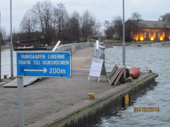 Uunisaari : Мост на остров в зимнее время года и огни ресторана