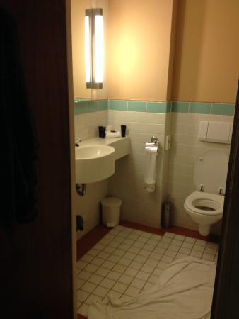 Gedateerde badkamer - Foto van Bilderberg Hotel Wolfheze, Wolfheze ...
