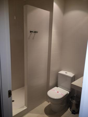 """Picanya, España: Dusche ohne Vorhang oder """"Wasserschutz"""" sowie Toilette"""