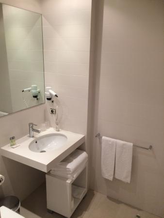 Picanya, España: Waschbecken rechts von der Toilette