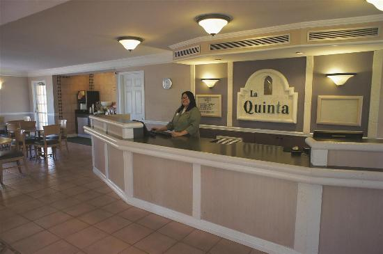 La Quinta Inn Phoenix Thomas Road: Front Desk