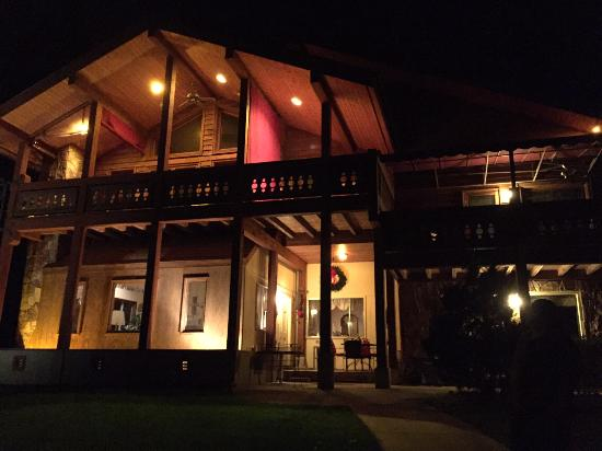 The Chalet Inn Bed & Breakfast : Beautiful even at night.