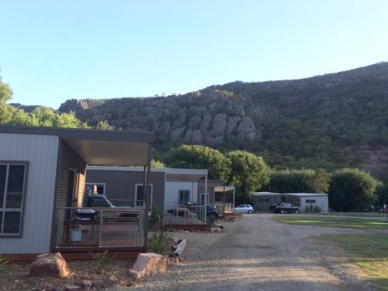 Halls Gap Lakeside Tourist Park: Cabin and surroundings