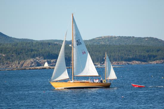 Southwest Harbor, ME: Premise under sail; the prettiest boat in any harbor!