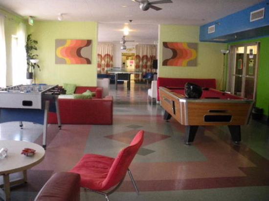 Banana Bungalow West Hollywood: Entrada, com jogos e espaços de convivência
