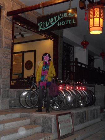River View Inn: Rental sepeda di depan hotel
