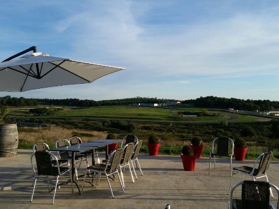 vue de la terrasse photo de le bistrot du circuit la genetouze tripadvisor. Black Bedroom Furniture Sets. Home Design Ideas