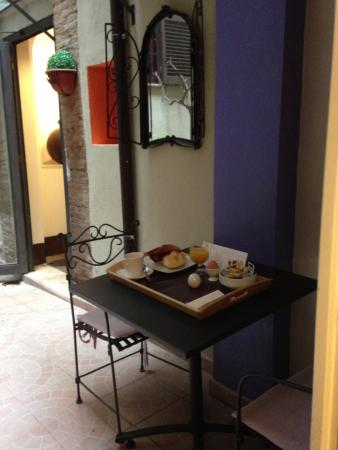 Relais Palazzo Taverna : my little courtyard in front on my room where I enjoyed breakfast