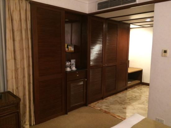 Waterfront Airport Hotel And Casino: Cabinet With Wardrobe, Mini Bar And Luggage  Rack