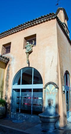 """Musee d'Histoire Locale et de Ceramique Biotoise: """"посетитель музея"""""""