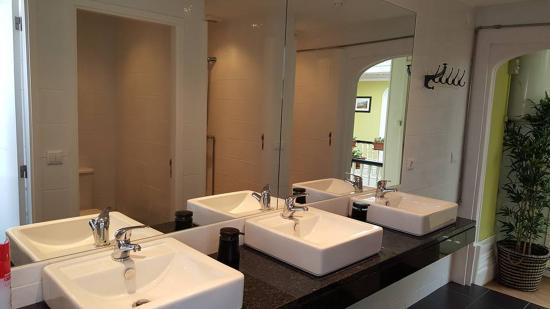 Wine Hostel: shared bathroom