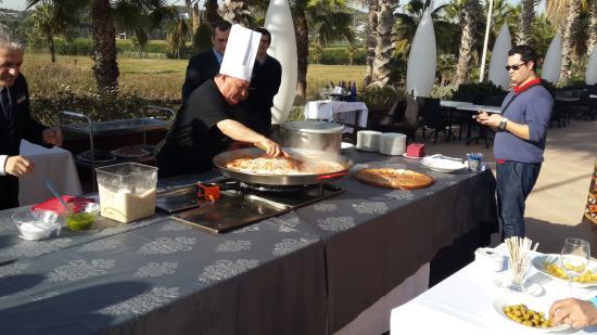Sunway Playa Golf Hotel & Spa Sitges: Презентация приготовления паэльи на террасе