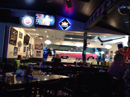 The Road House Cafe: Dining area and bar