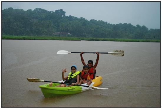 Pomburpa, India: Kids enjoying kayaking