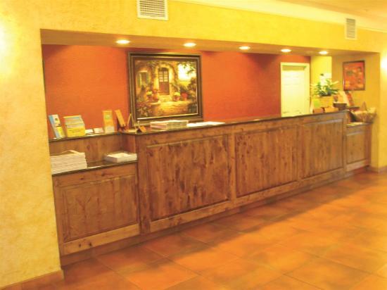 La Quinta Inn & Suites Fredericksburg: Front Desk