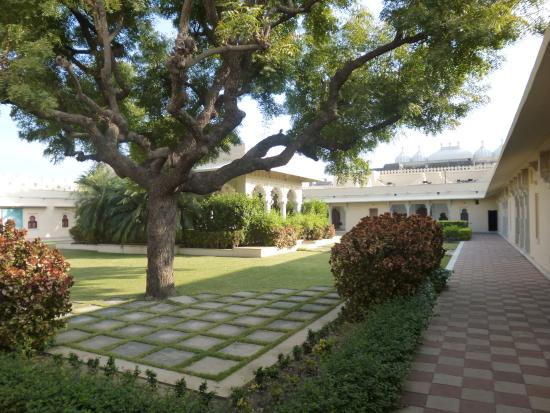 Sardargarh Heritage Hotel: Central lawn with lunch pavilion