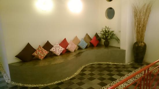 Villa Medamrei: 1st floor sitting area... curved with pebbles...