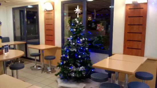 Ibis Budget Dijon Saint Apollinaire : Un joli petit sapin de Noël décorait la salle du petit déjeuner !