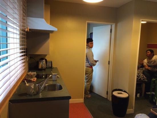 Astray Motel: Small kitchen inside room no. 15