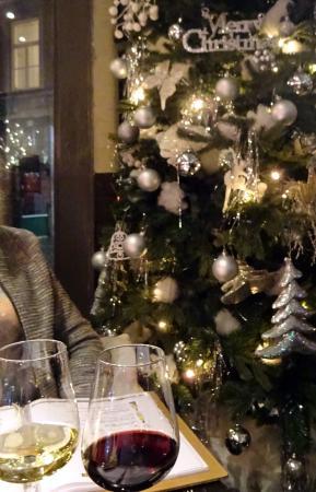 Grand Café De La Bourse: Rood en wit bij de kerstboom