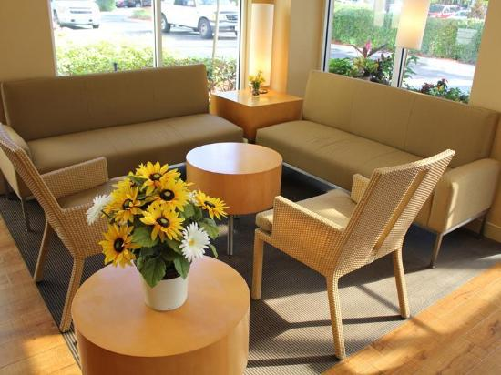 La Quinta Inn & Suites Coral Springs South: Lobby view